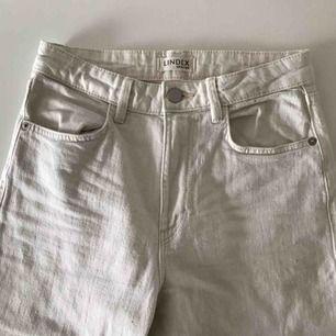 Krämvita Mom Jeans av återvunna material. High waist. Frakt tillkommer.