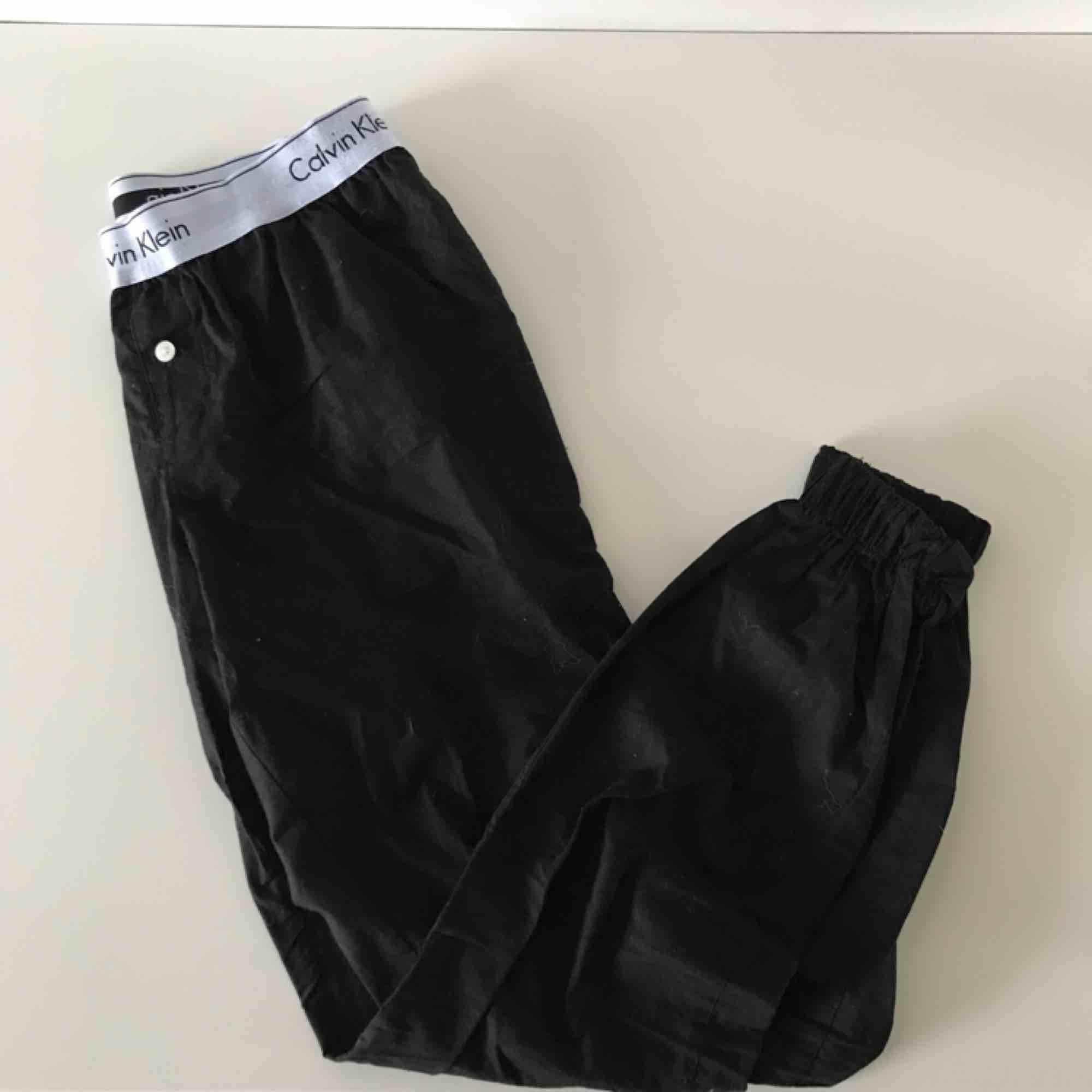 Calvin Klein mysbyxor  Superhärliga —> helt nya Frakt tillkommer! . Jeans & Byxor.