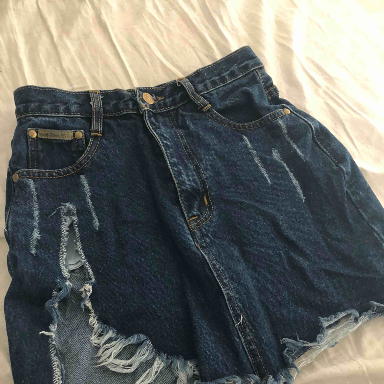 Jeans kjol, tight upptill. Slits på sidan av benet . Kjolar.
