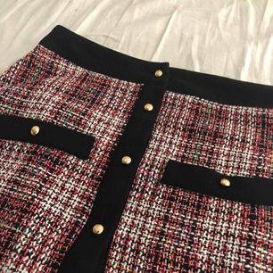 Tweet kjol, knapp längst ner saknas men fås med. Inget som märks vid användning. Köptes för en månad sedan