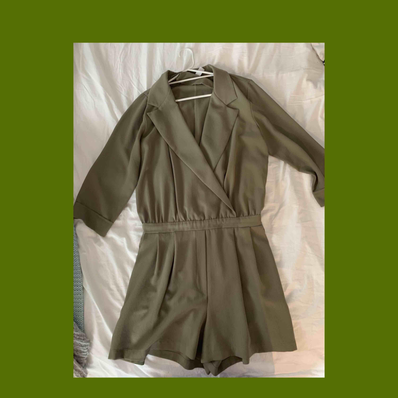 Jumpsuit från NA-KD, sååå fin till sommaren när man är lite brunare. En stor favorit i garderoben. Frakt betalas av köparen själv💌. Kjolar.