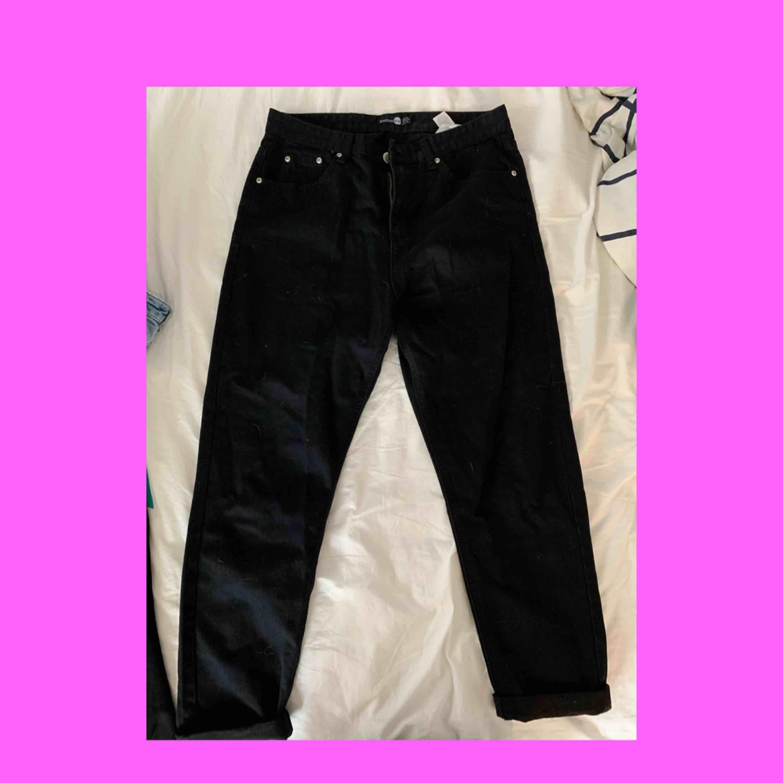 Svarta momjeans jeans från boohoo. Använda typ 2 gånger, har alldeles för många jeans så får sälja dessa. . Jeans & Byxor.