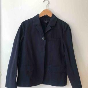 (Reupload) Mörkblå vårjacka/blazer från COS i storlek 34! Aldrig använd!!🌸🌸 Ursprungspris: ca 800 kr
