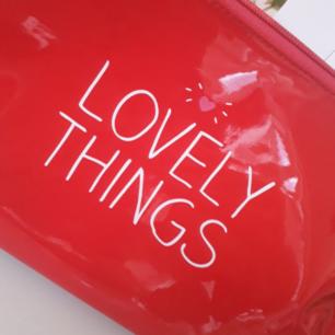 Jättesöt rymlig röd lackväska/sminkväska!❤ FRI FRAKT