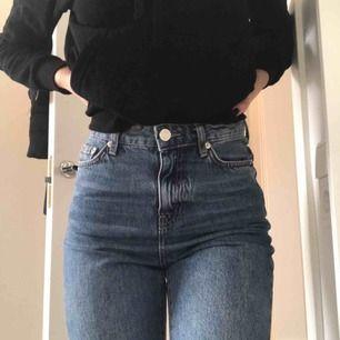 Passform: Mom jeans. Endast använda en gång efter köp, så i mycket bra skick. Säljer då jag inte känner att jag kommer få nog användning av dem, men någon annan nog kan🥰🥰