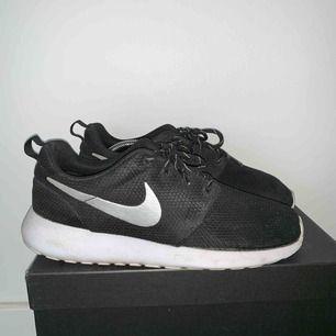 Fräscha Nike Roshe Sneakers Modell: Nike Roshe One Storlek: 39 Nypris: 799 kr Frakt tillkommer. Betalning via Swish.