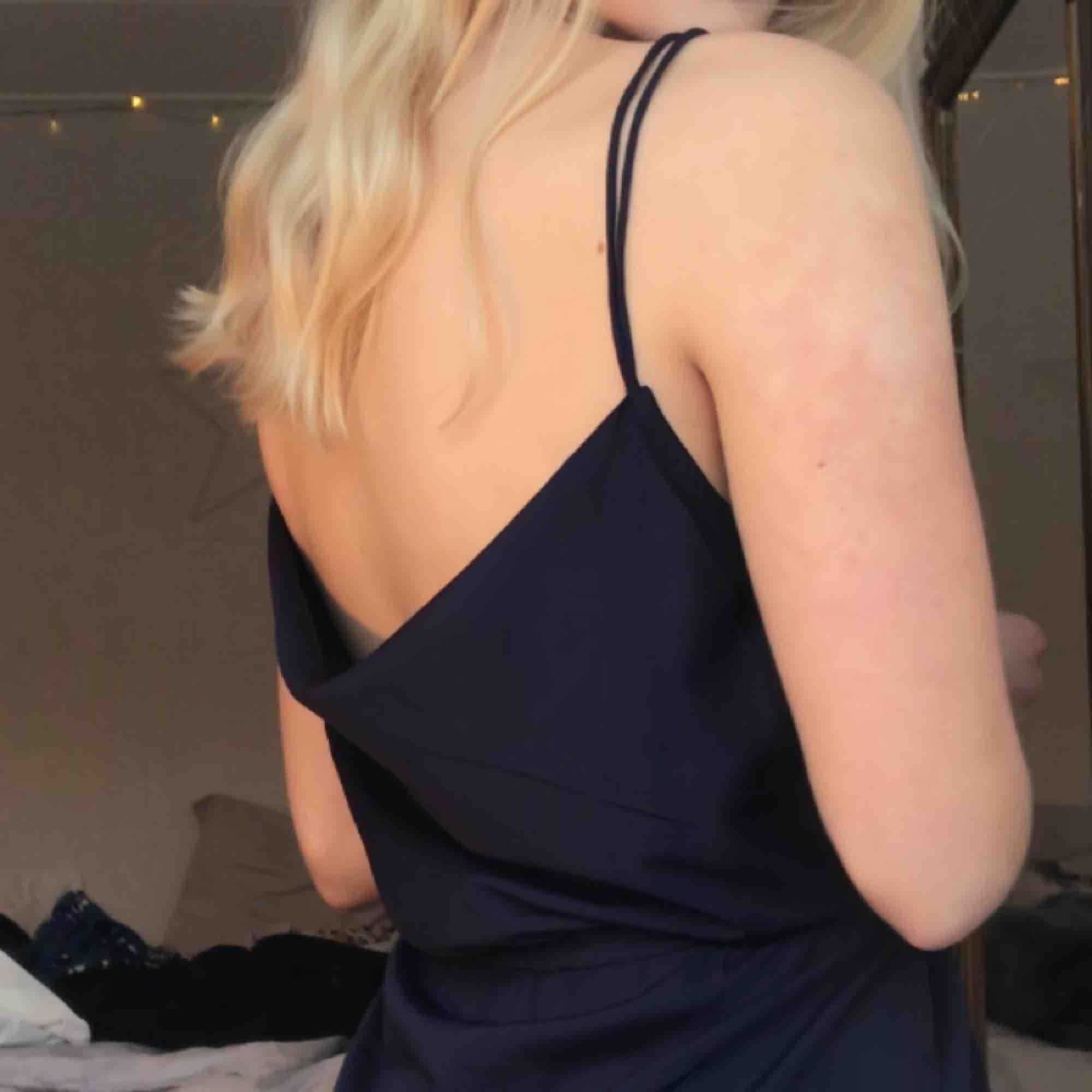 Jättefin klänning från Nelly med snörning, endast använd ett fåtal gånger. Köparen står för frakt🥰. Klänningar.