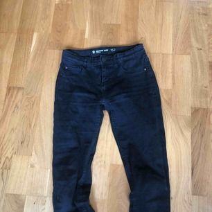 Ett par svarta, snygga stretch jeans. Mid waist. Jag har vanligtvis str xs/s i jeans och dessa passar mig. Inget hål eller så, bara tröttnat på dom.