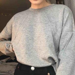 Grå tröja med fina detaljer, köpare står för frakt🥰
