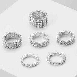 6-pack ringar med strass. Storleken är S-M (gummiband). Aldrig använda o helt nya