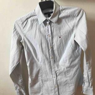 Gant skjorta! Använd ett fåtal gånger då det inte är min stil. Köparen står för frakten! Nypris 999kr