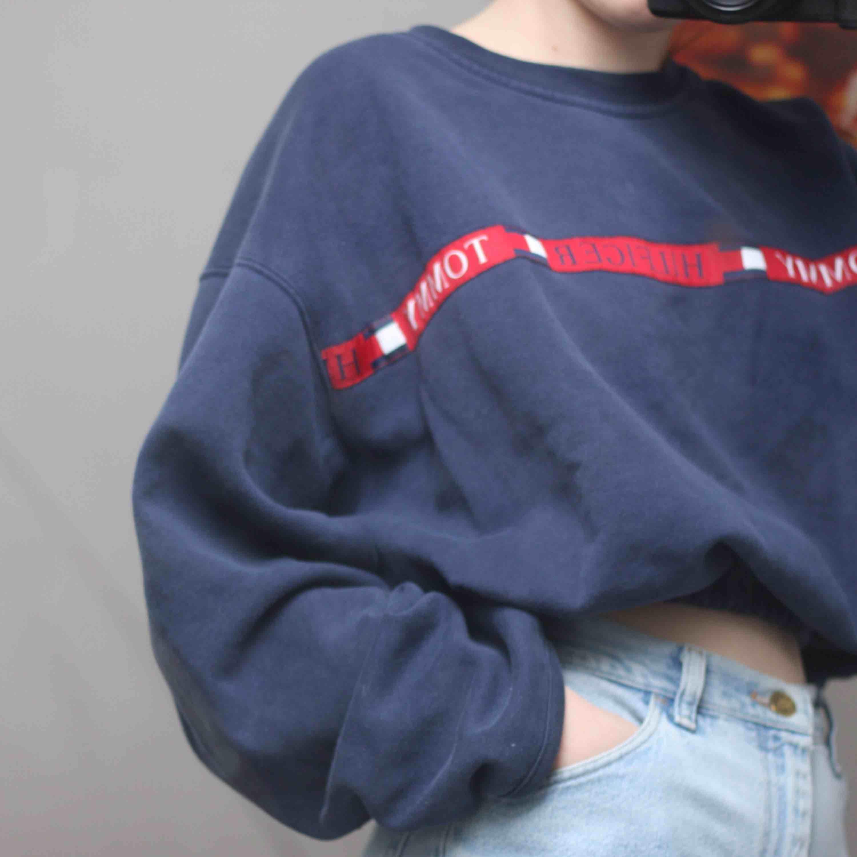 Stor och mysig Tommy hilfiger sweatshirt, croppad med resår i midjan. Huvtröjor & Träningströjor.