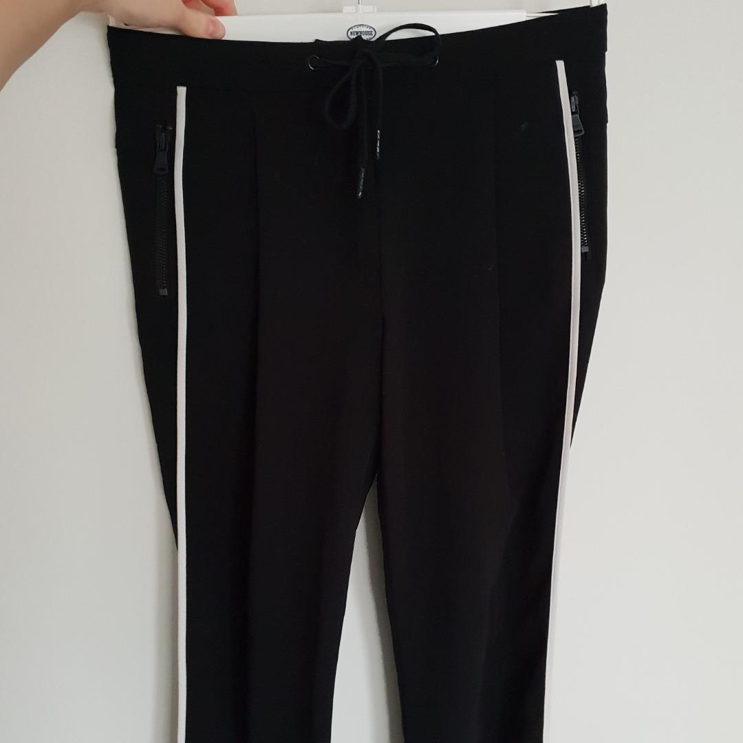 Så fina svarta kostymbyxor från Calvin Klein, endast använda ett fåtal gånger! Kan knytas i midjan och har fickor med dragkedja. Skönt material med fina kostymfickor i bak! Och den bästa detaljen av alla är nog de vita ränderna på vardera sida av benen, så himla snyggt! Det är storlek 32 men jag har alltid haft strl 34 och då passade dom perfekt! . Jeans & Byxor.