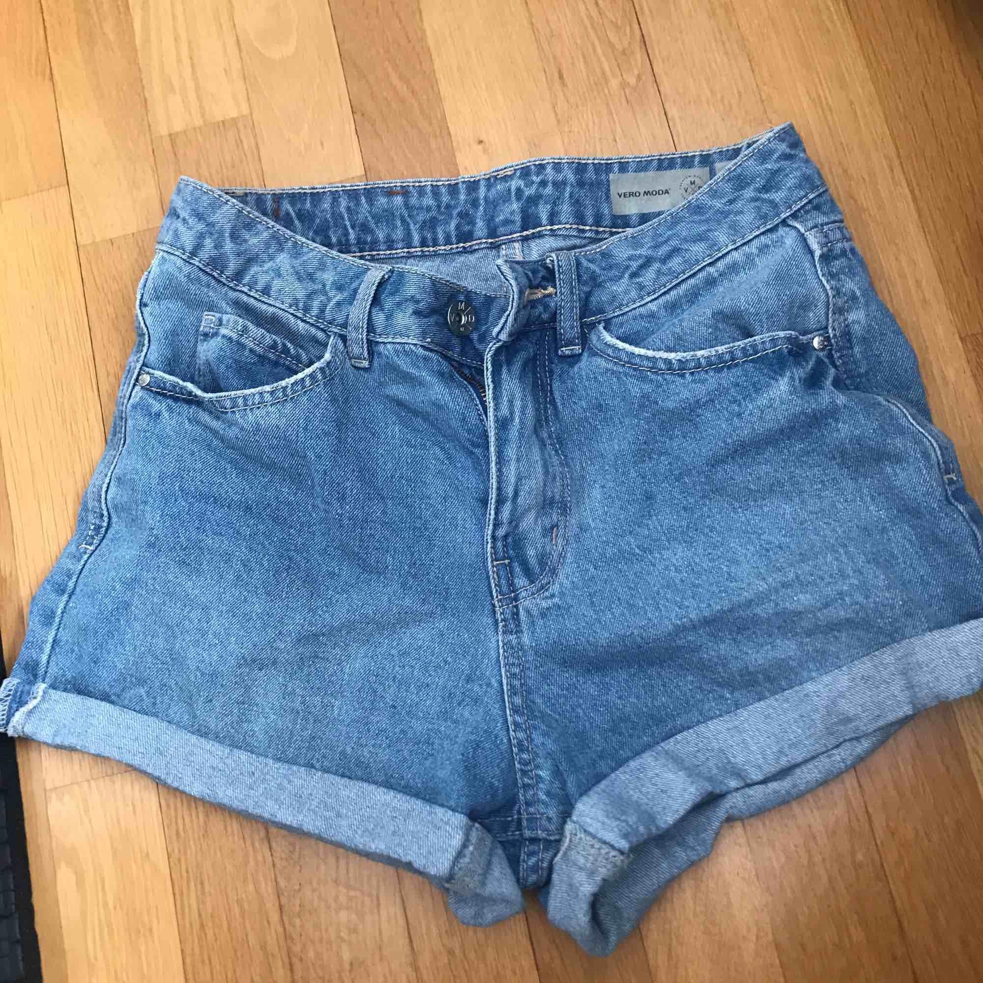 Supersnygga och sköna högmidjade shorts från Vero Moda! Superfint skick, säljer då de tyvärr har blivit försmå.. Shorts.
