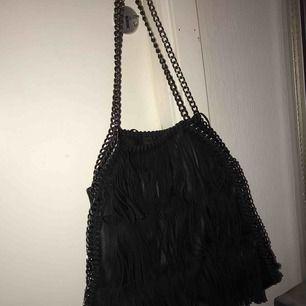 Väska från Steve Madden, svart med mockafransar, väl använd men i bra skick! 🌸