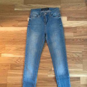 Jättefina blåa jeans som tyvärr är lite förstöra för mig i midjan! Nypris 199