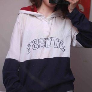 Hoodie från stussy, köpt på urban outfitters för 1000kr. Bra skick, dock en liten fläck framtill, men som knappt syns