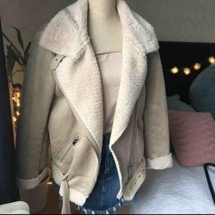 En superfin mocka jacka med teddy insida som syns fram i kragen. Detaljerna är silver och jackan är i en beige färg. Den är lite oversized, otroligt skön och lagomt varm nu inför våren. Köparen står för frakt och pris kan diskuteras.