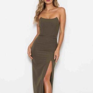 Jättefin långklänning ifrån Abbysbyabby som är perfekt inför balen eller fina tillställningar.  Storlek: small  Färgen: khaki/oliv  Skriv om ni vill ha mer bilder 💘