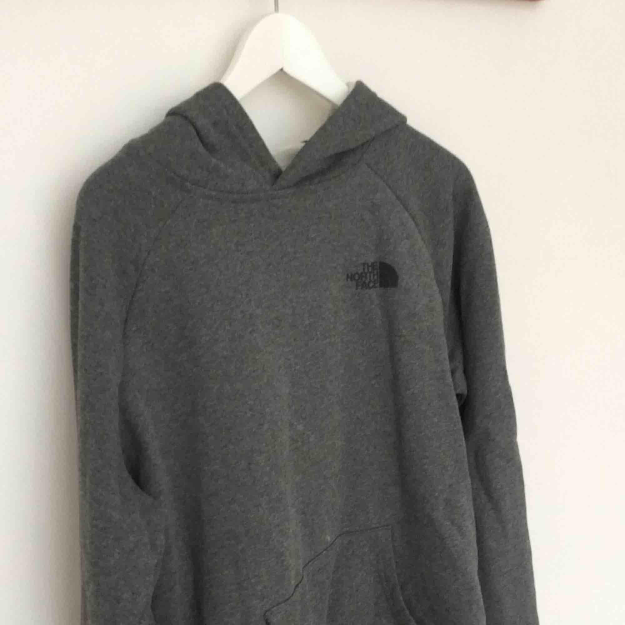 The North Face tröja. Storlek L men sitter mer som en M, är lite liten i storleken. Möts i Örebro eller skickar, köparen betalar frakt (50kr).. Huvtröjor & Träningströjor.