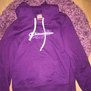 En fin tröja från champion, storlek L men skulle säga att den passar på en S och M också! Frakt ingår inte i priset men möts gärna upp i Stockholmsområdet💜🦋