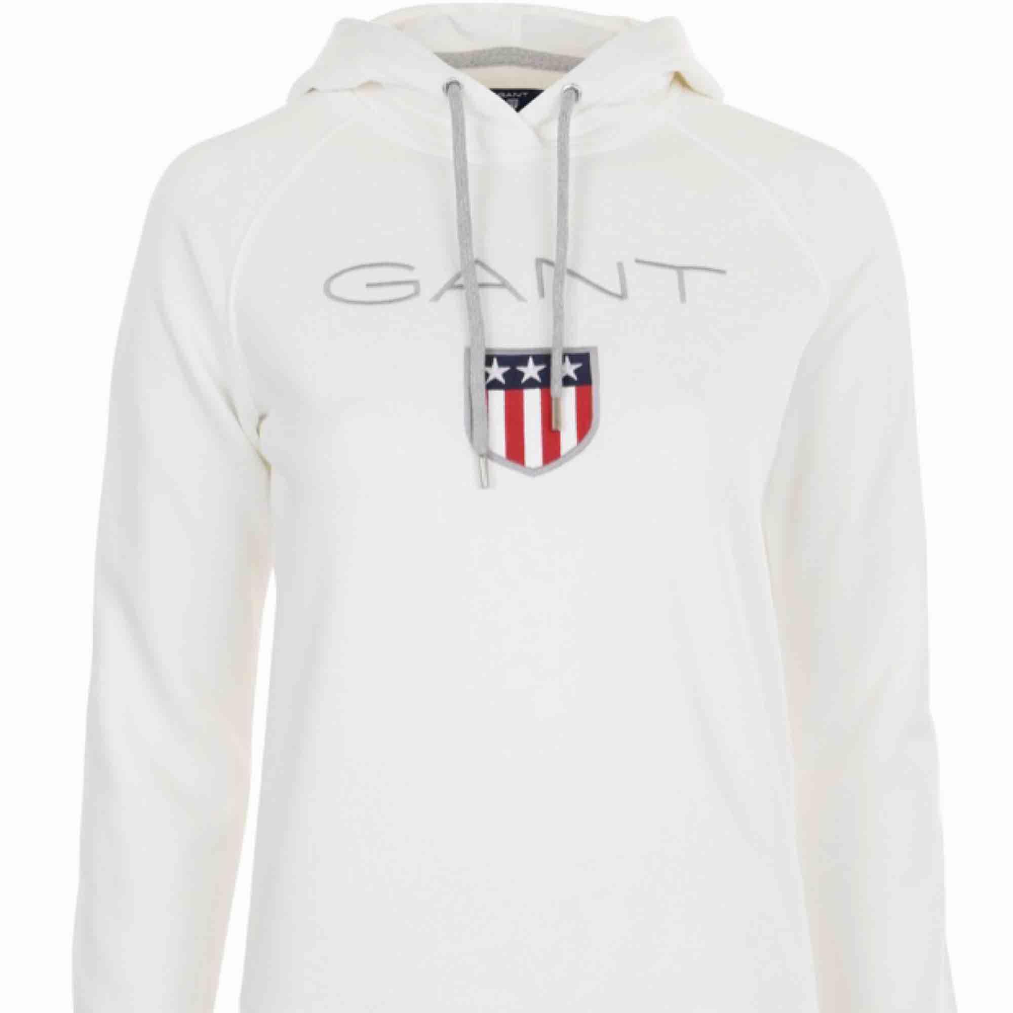 Vit Gant hoodie, använd väldigt ofta men inga fel på den alls. Säljes pga ska köpa en ny fast i en annan färg. Nypris 799kr pris kan diskuteras. Övrigt.