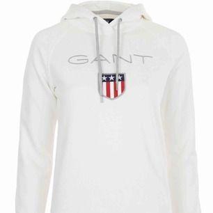 Vit Gant hoodie, använd väldigt ofta men inga fel på den alls. Säljes pga ska köpa en ny fast i en annan färg. Nypris 799kr pris kan diskuteras