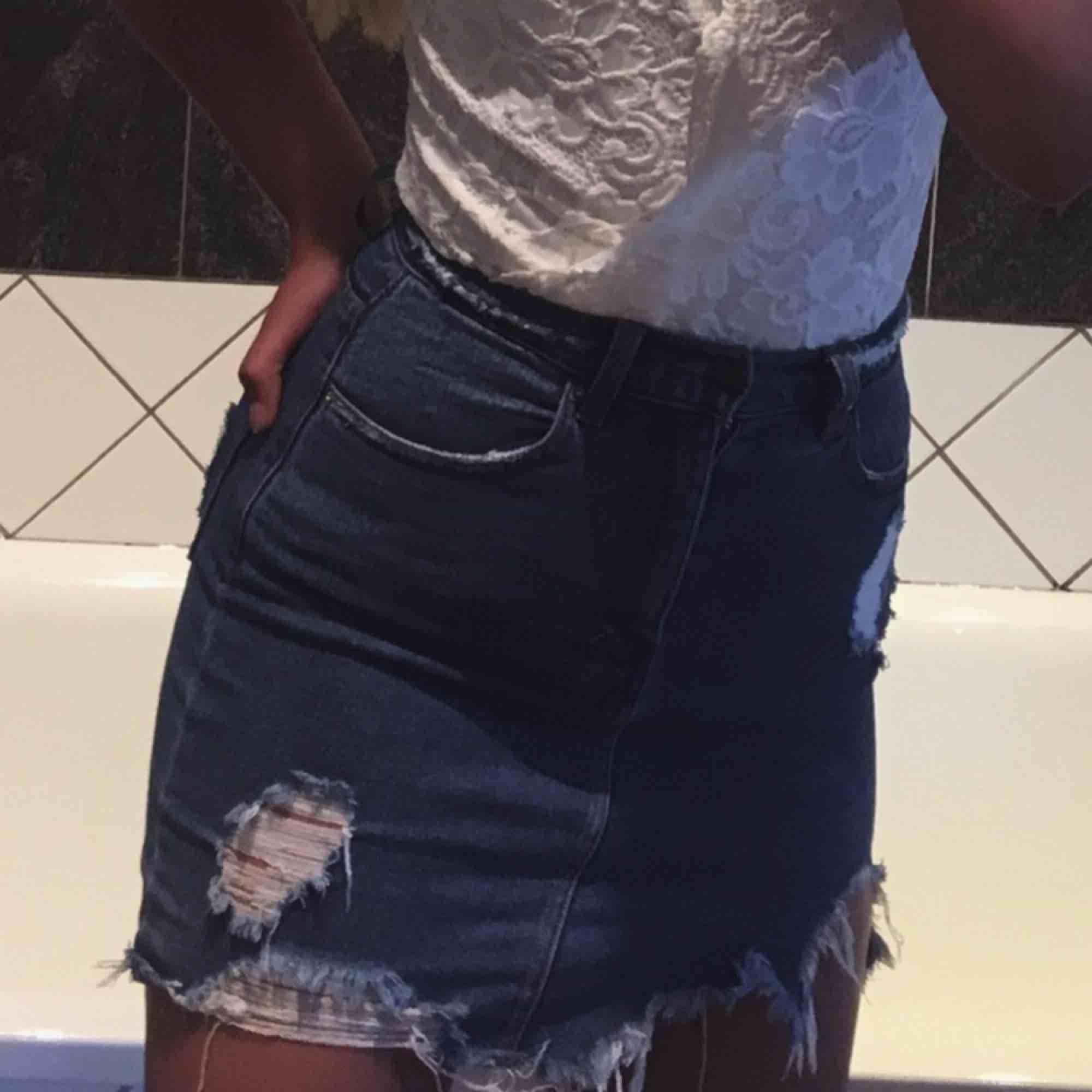 Jeanskjol med slitningar. Kjolar.