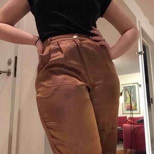 Tunna sköna byxor som skiftar från koppar till lila
