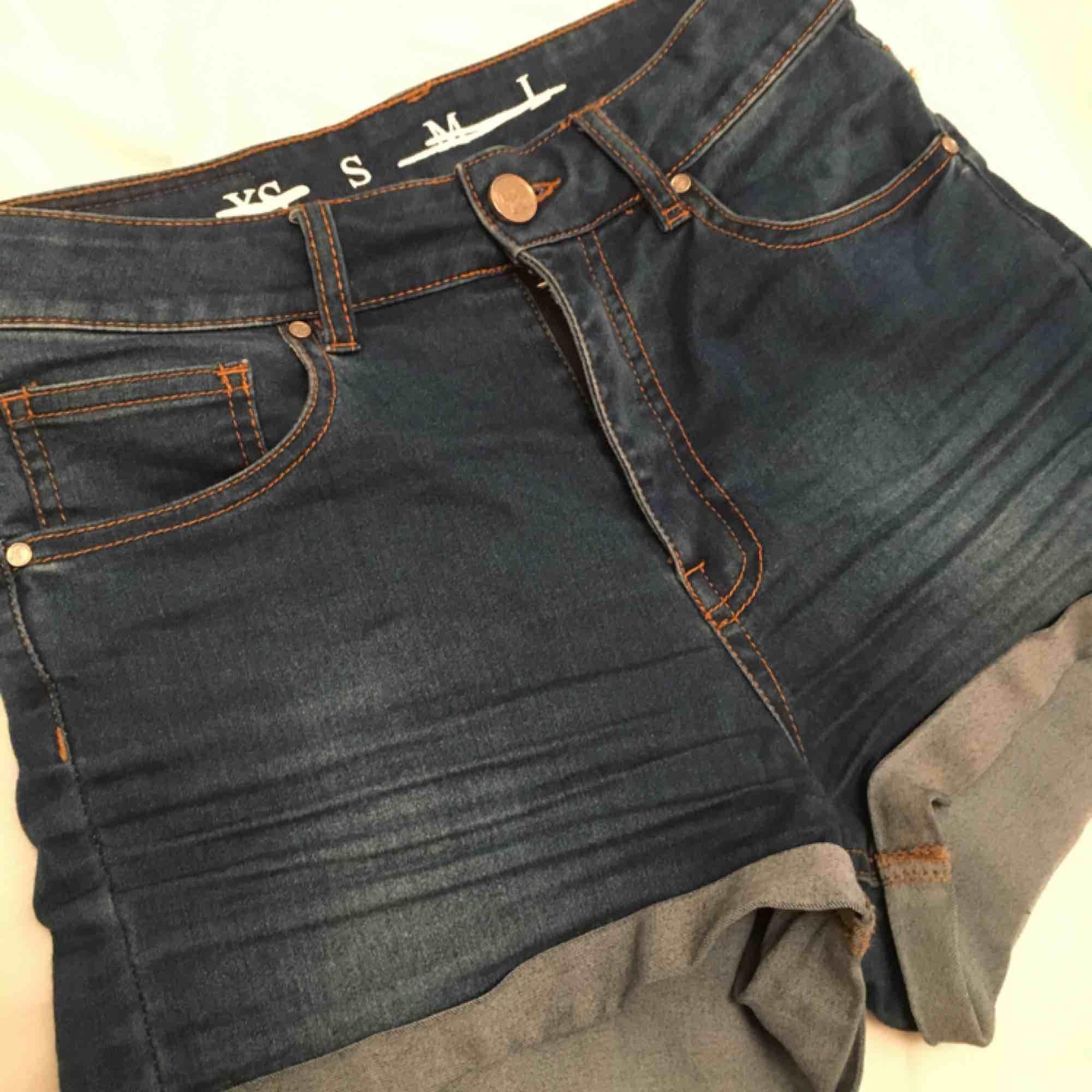 Blåa jeans-shorts. Storlek S. Högmidjade och sitter ganska tight.. Shorts.
