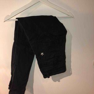 Snygga svarta byxor med silverdetaljer. Osäker på storleken men jag har XS vanligtvis och de passar mig så skulle tippa på det! Hör av er vid frågor