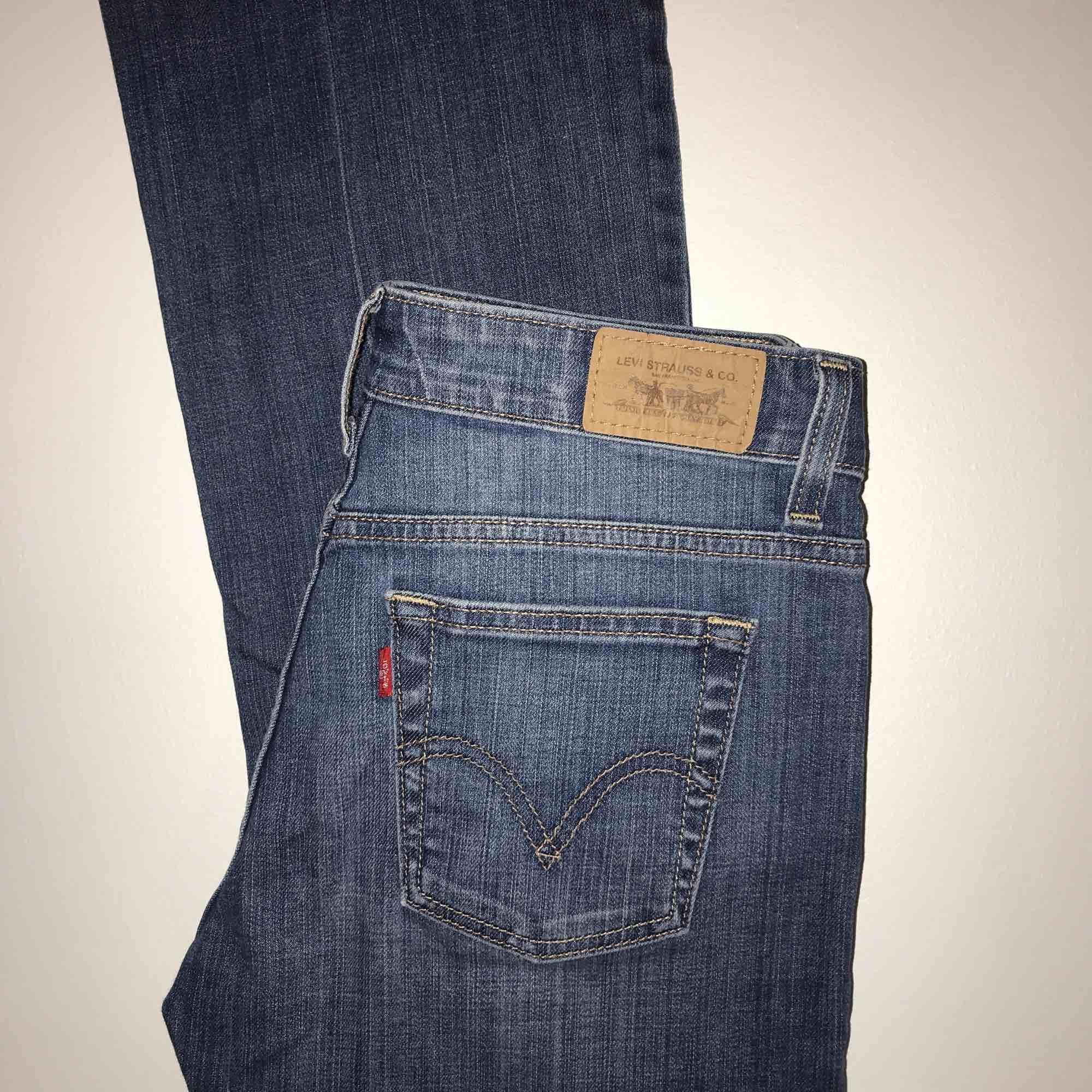 Levi's jeans, boot cut (lite) ! W28 L32, Står ej vilken storlek! Då detta är vad jag tror att det kan var för storlek! ( eller en storlek mindre) . Jeans & Byxor.