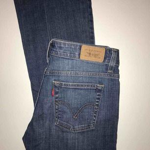 Levi's jeans, boot cut (lite) ! W28 L32, Står ej vilken storlek! Då detta är vad jag tror att det kan var för storlek! ( eller en storlek mindre)
