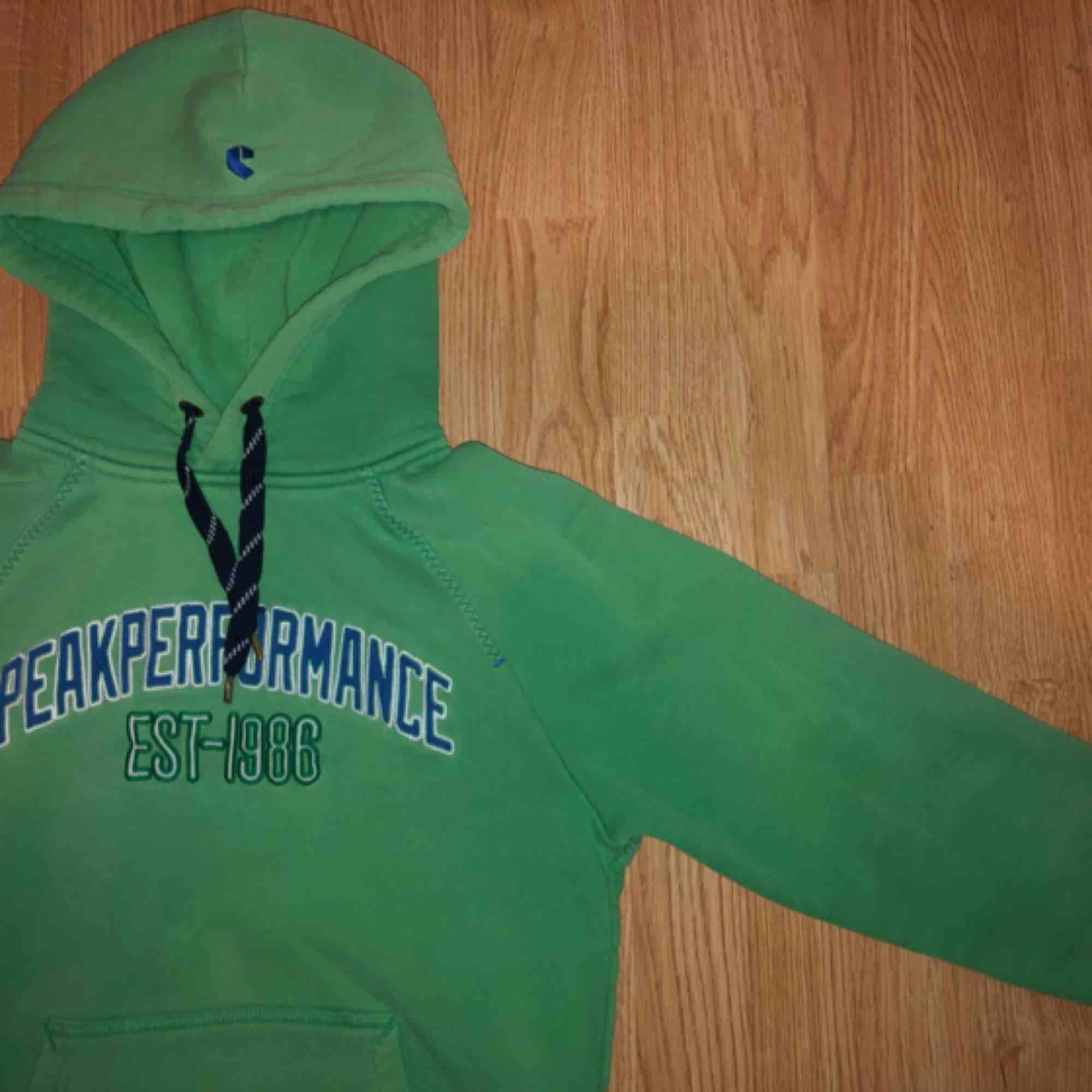 Peak Preformance college tröja Ljusgrön i färg och stämmer i storlek. Huvtröjor & Träningströjor.