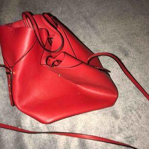 Röd väska från Zara, nypris 299:- om jag inte minns fel. Pris kan diskuteras men frakt tillkommer.