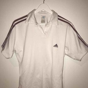 En snygg t-shirt, från adidas! Köpt på secondhand, använt fåtal gånger!