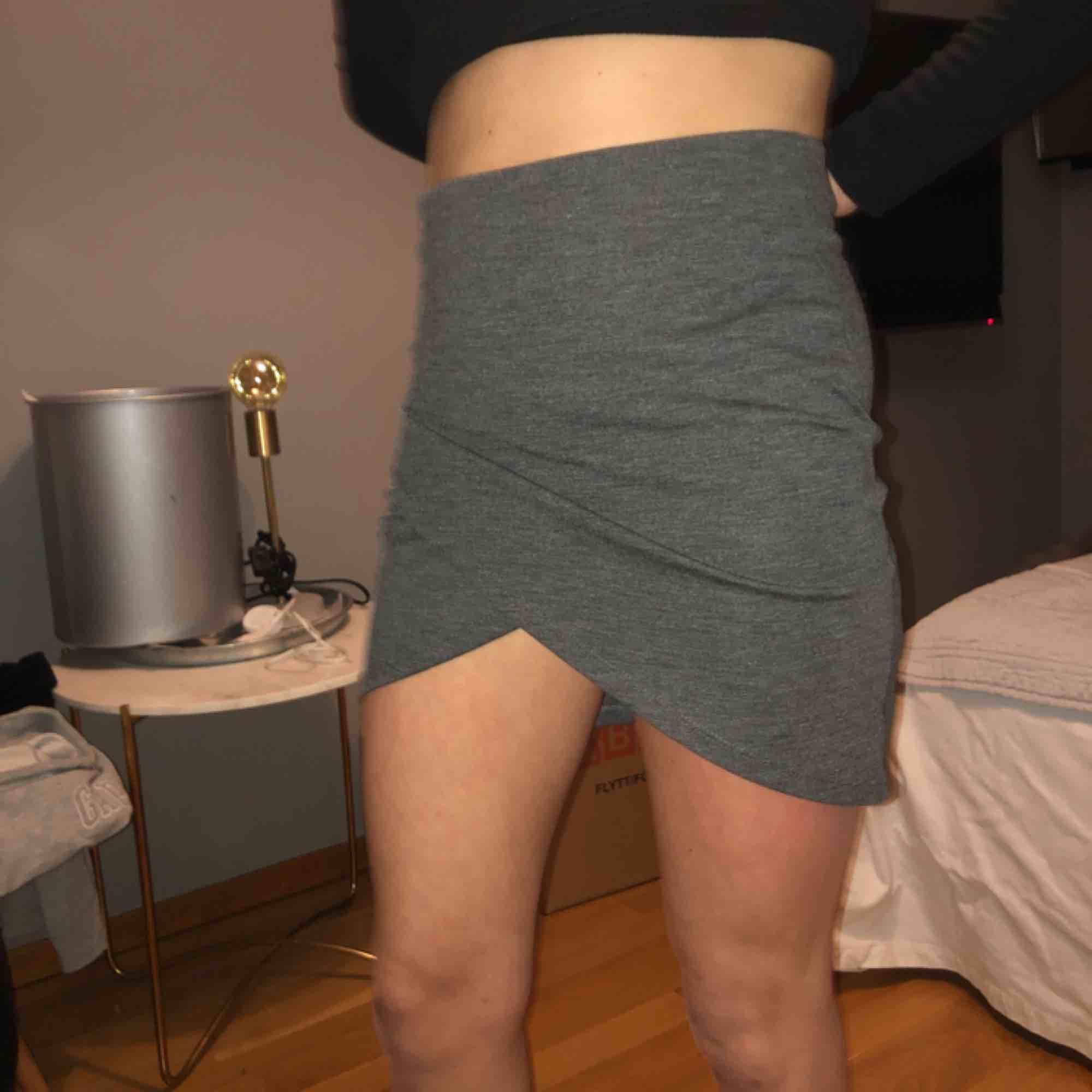 Grå kjol från Gina Tricot, storlek S. Passar lika bra till vardags som till fest! Sparsamt använd! Köparen står för frakten 💗🌙. Kjolar.