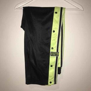Väldigt snygga byxor, med knappat på sidan! Oklart vilken storlek då det ej står något ( skulle gissa på S/M ) ( har köpt secondhand )☀️