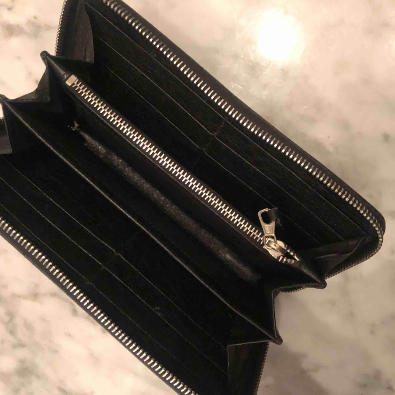 Balenciaga plånbok, inköpt för 3700kr för två år sedan. Kvitto ej sparat men garanterad äkthet  Sparsamt använd . Accessoarer.