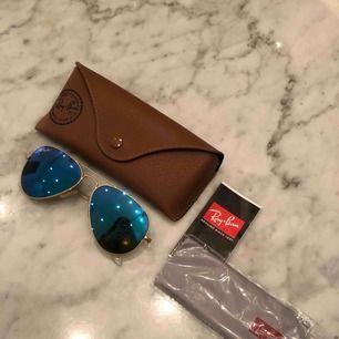 Ray-ban solglasögon med blått spegelglas. Sparsamt använda, ej repiga. Köpa på NK