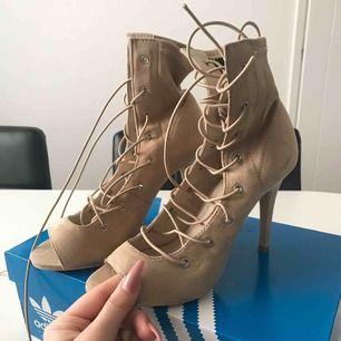 Klackar från Nelly Shoes.