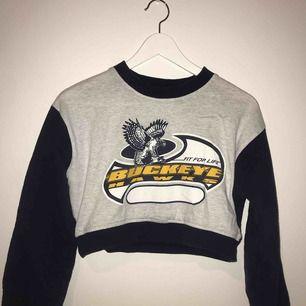 En cropt långärmad tröja! Köpt secondhand, väldigt snygg! (Står inget märke)