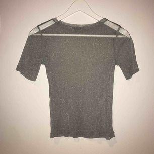 En snygg glittrig t-shirt, från zara ! Har aldrig använt ☀️