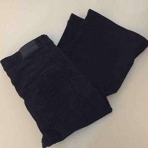 Svarta bootcut/flare jeans från GinaTricot i strl M. 📬 Frakt ingår i priset!