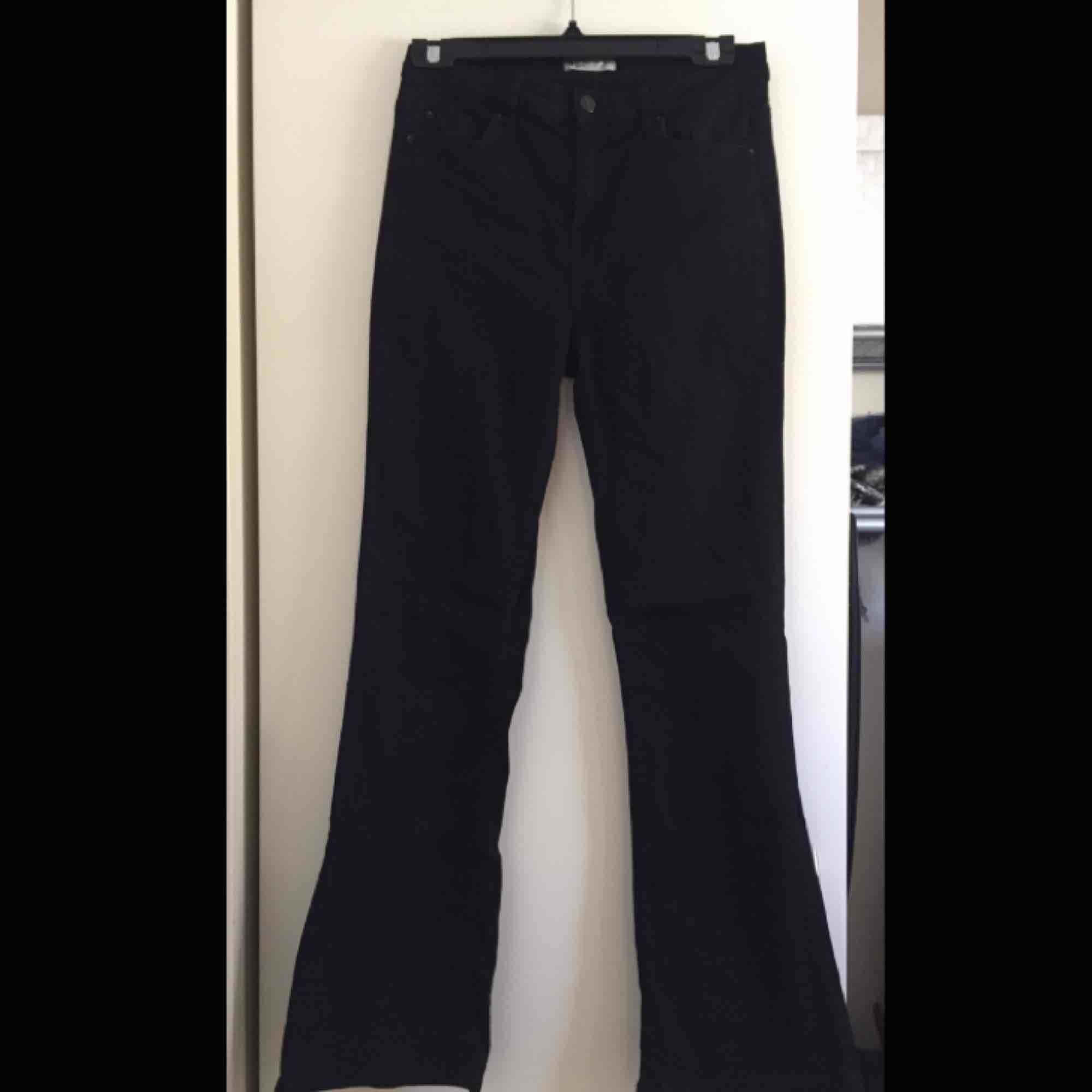 Svarta bootcut/flare jeans från GinaTricot i strl M. 📬 Frakt: 63 kr spårbart. Jeans & Byxor.