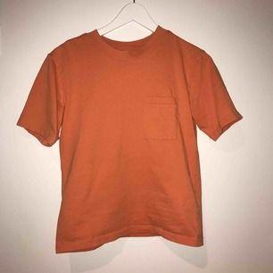 En snygg t-shirt från weekday! Storlek xxs men passar även XS &S!! ☀️