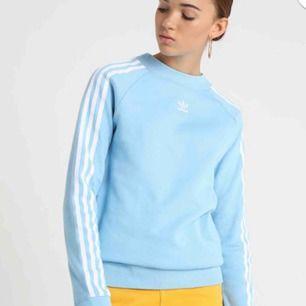 fin, nästintill oanvänd adidas tröja i ljusblå färg. den har en liten fläck som syns på bilden, går tyvärr inte att tvätta bort och fanns redan när jag köpte den. orginalpris: 400kr. frakt går på 45kr :]