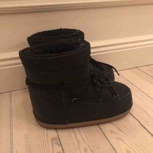 Inuikii inspirerade vinterskor från Nelly Strl 36/37 men jag skulle säga att de är ganska stora i storleken. Ena skon är sliten i fodret vid hälen, men annars fina