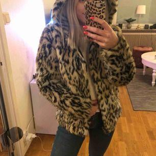 Fuskpäls i leopard mönster från HM. Aldrig använd, storlek 38 men passar allt mellan storlek 34-38. tror nypris va 399kr, sälj för 175kr och då ingår frakt. Jag kan även mötas i Uppsala.