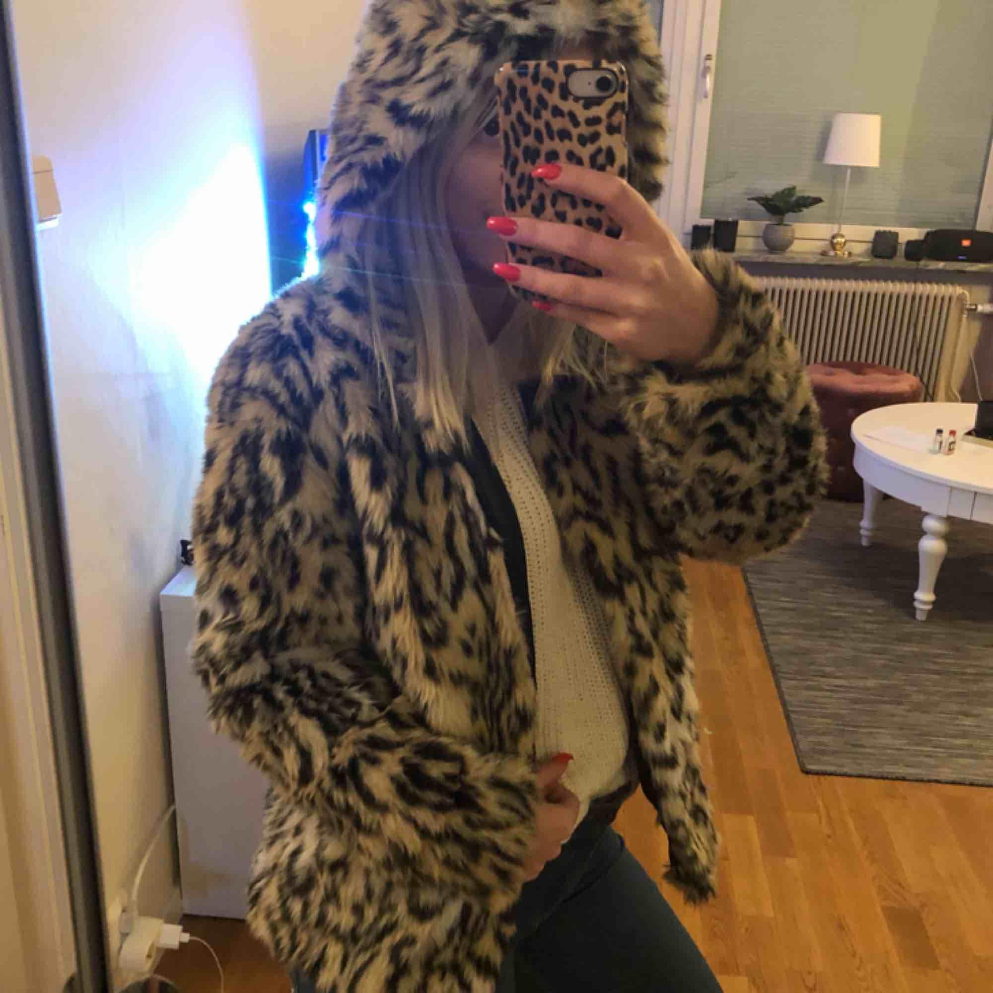 Fuskpäls i leopard mönster från HM. Aldrig använd, storlek 38 men passar allt mellan storlek 34-38. tror nypris va 399kr, sälj för 175kr och då ingår frakt. Jag kan även mötas i Uppsala. . Jackor.